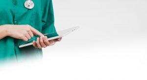 Persona che consulta un tablet